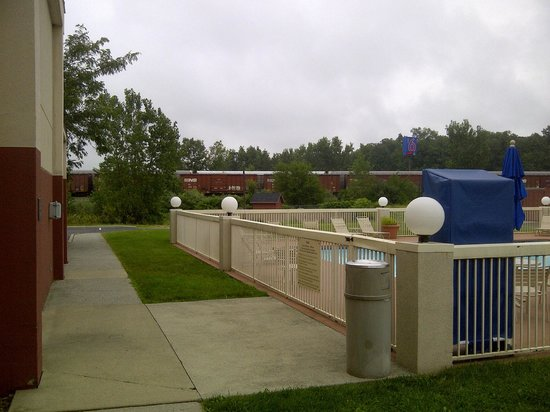 Country Inn & Suites By Carlson, Sandusky South: The pool out back. No shade available.
