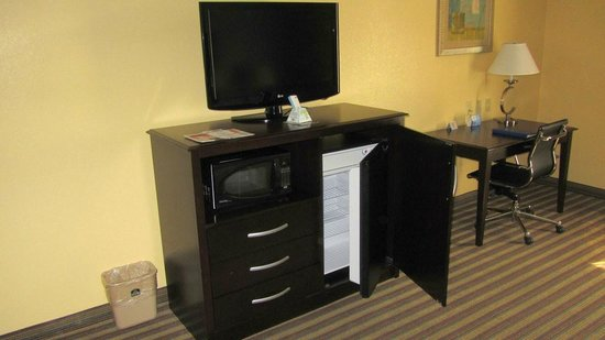 Best Western Plus Goodman Inn & Suites: mini fridge and tv