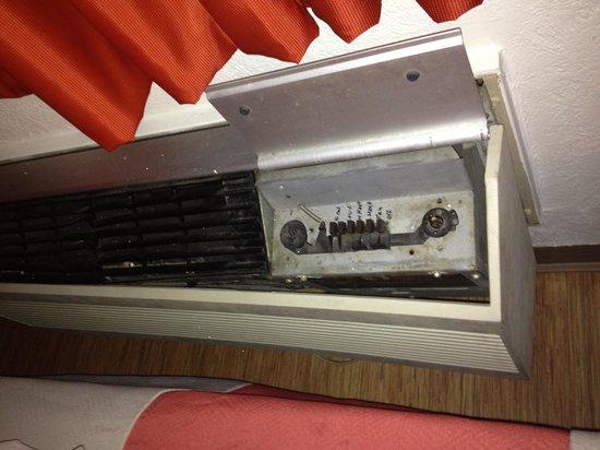 Motel 6 Murfreesboro: The AC unit in our room