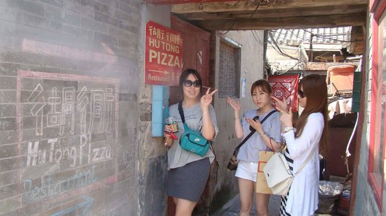 HuTong Pizza (HouHai GuanShan Pizza): THE SMALL ALLEYWAY TO THE RIGHT JUST AFTER THE BUILDING YOU THINK IS CLOSED DOWN.