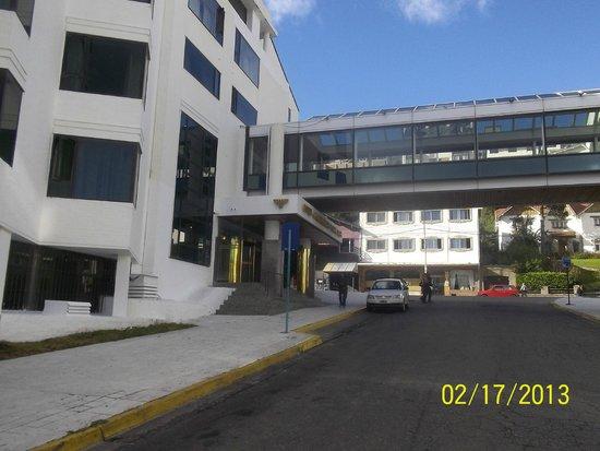Panamericano Bariloche: asi se ve desde la esquina, con el pasillo aéreo que lo une al casino, y al resto del hotel