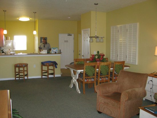 The Barefoot Suites: Kitchen and Dining area in our suite