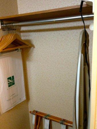 Quality Inn & Suites: luggage jack, ironing board, wardrobe