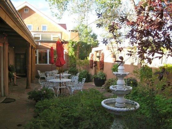 El Paradero Bed and Breakfast Inn: Outdoor patio