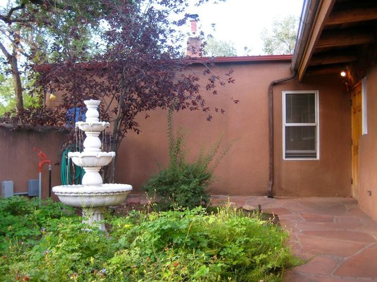 El Paradero Bed and Breakfast Inn : Fountain outside on patio