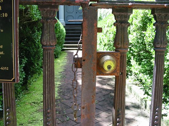 Mercer Williams House Museum: Entrance to tour is in the back