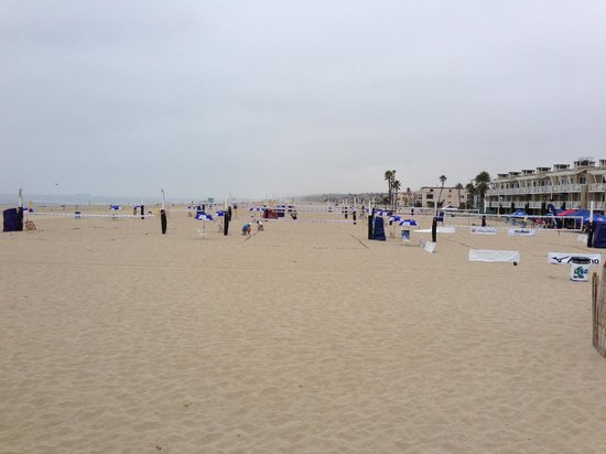 Beach House Hotel Hermosa Beach : Volleyball on the beach in front of Beach House
