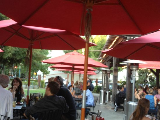 Healdsburg Bar & Grill: great patio atmosphere