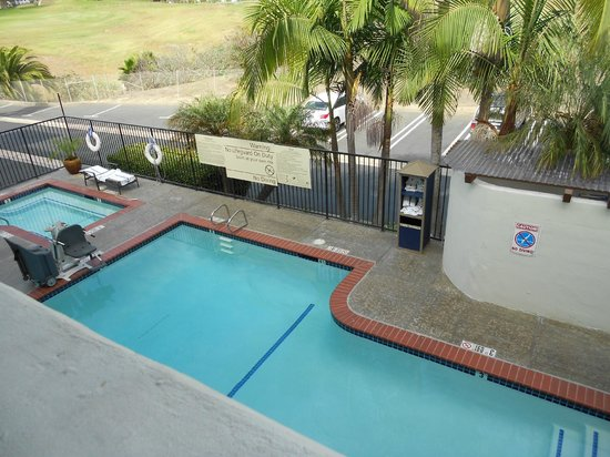Hampton Inn and Suites San Clemente: View of the itty biddy pool from the balcony