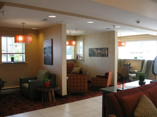 Residence Inn Burlington Colchester: cubbies to sit in at main entrance