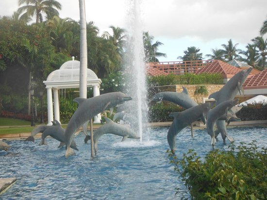 Grand Wailea - A Waldorf Astoria Resort: Dolphin fountain