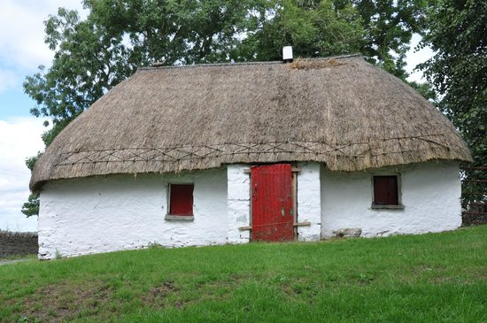 Boyne Valley Tours: Thatched roof house...