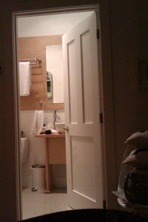 AWAY in the County: Modern bathroom