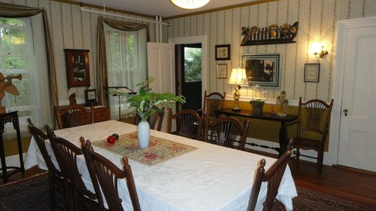 Hawthorne Inn: Breakfast table