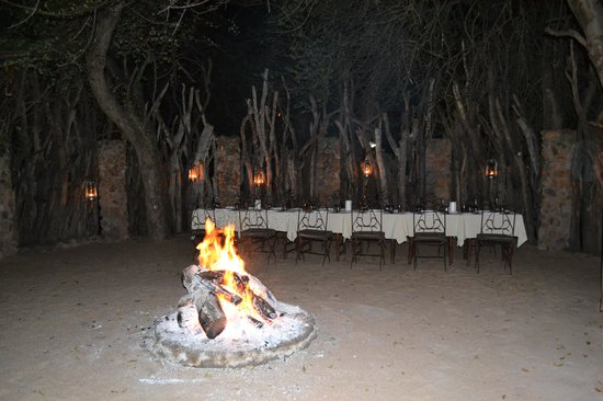 Dulini Lodge : Dinner table set up in the Boma