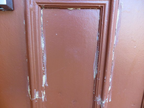 Portland Value Inn & Suites: Peeling pant on door trim.