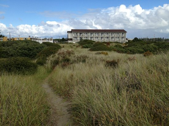 Quality Inn - Ocean Shores: Sand dunes between hotel and the beach/ocean