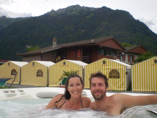 Balmer's Hostel: Con mi novia en el jacuzzi del hostel !