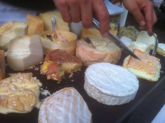 L'Albatros Brasserie + Bar: Fine selection of cheeses presented by a knowledgeable steward.