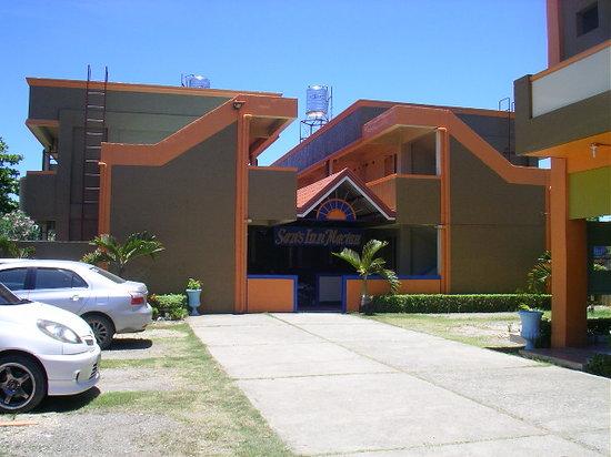 Sans Inn Mactan: 駐車場より宿泊棟を望む