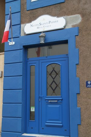 Nuits Saint-Pierre: Charming Entry