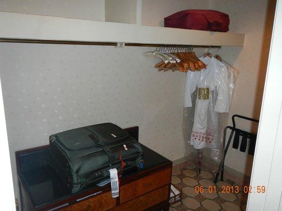 Grand Hotel Beijing: closet