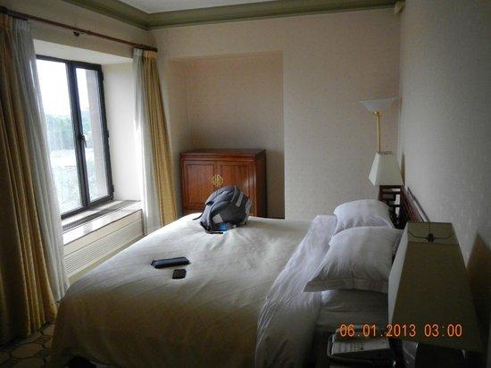 Grand Hotel Beijing: bed, tv in cabinet