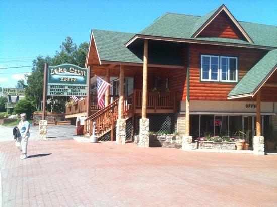Lake Crest Inn: Front