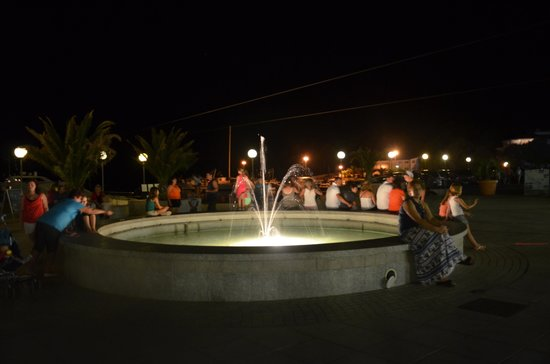 Aparthotel del Mar: Fountain in middle of plaza