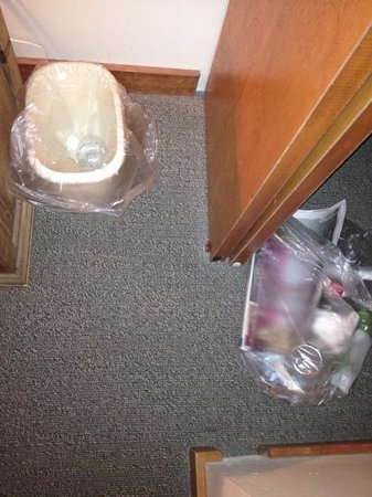 Kintla Lodge: Maid left bag of trash in closet.