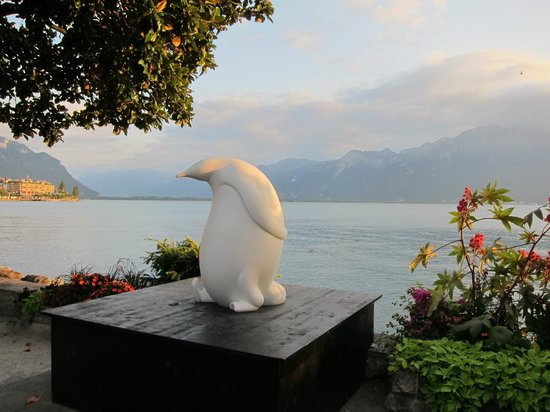 Hotel Royal Plaza Montreux : Nice sculpture along the beautiful shore of Lake Geneva