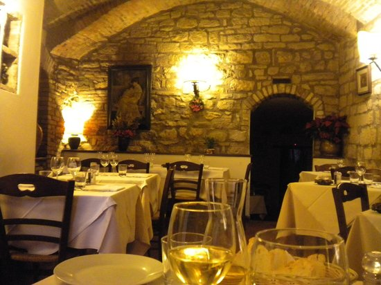 Il Cantinone: by the time we left, the place was full.