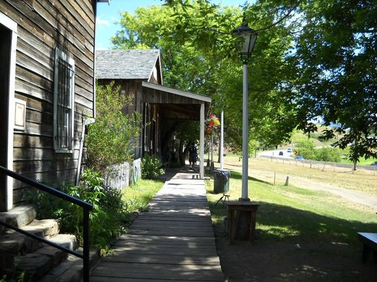 Historic O'Keefe Ranch: Taken down boardwalk in front of general store towards old church