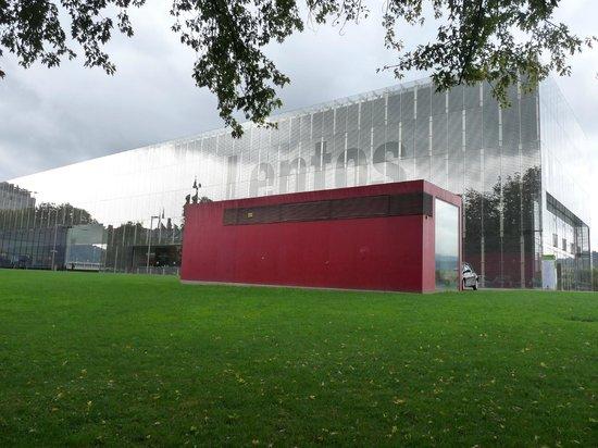 Lentos Kunstmuseum: fachada principal del edificio