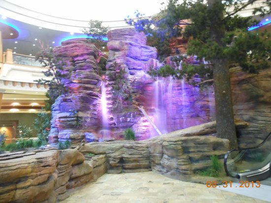 Ho-Chunk Casino Hotel and Convention Center: outside waterfall