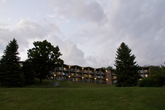 Hidden Valley Resort: View up the hill of the hotel from the beach area