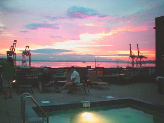 Silver Cloud Hotel - Seattle Stadium: Hotel Roof top pool sunset