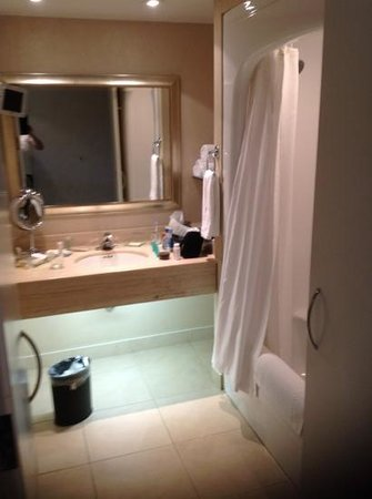 Holiday Inn Express Epsom Downs: bahroom