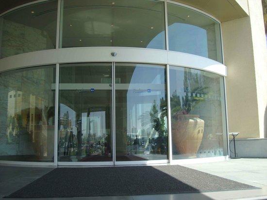 Radisson Blu Hotel, Doha: Entrada del hotel