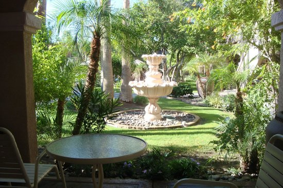La Fuente Inn & Suites: Fountain view from lobby