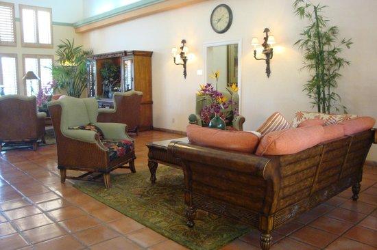 La Fuente Inn & Suites: comfortable lobby