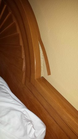 BEST WESTERN Maritime Inn: Veneer on the bed headrest was coming out