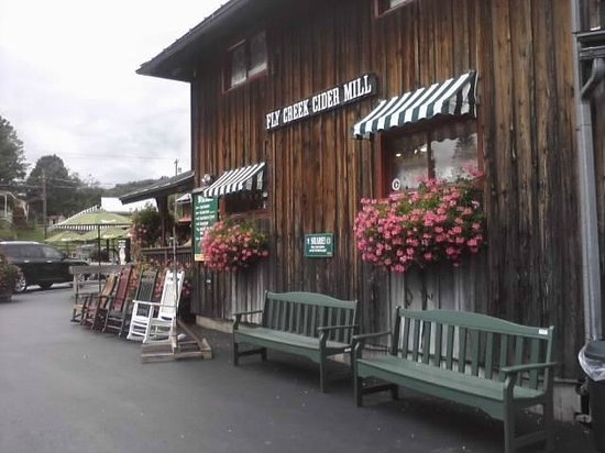 Fly Creek Cider Mill & Orchard: Outside