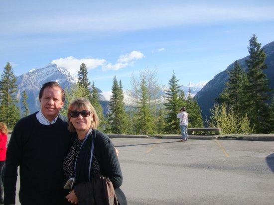 Banff Ptarmigan Inn: vista das montanhas de frente ao hotel