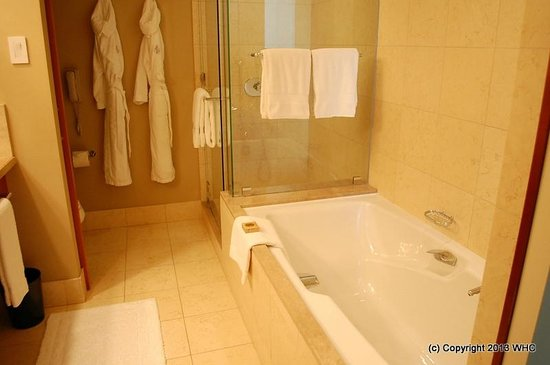 Four Seasons Hotel Silicon Valley at East Palo Alto: Clean bathroom with nice tub