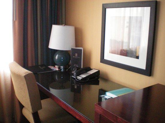 Silver Cloud Hotel - Seattle Stadium: Hotel desk by window