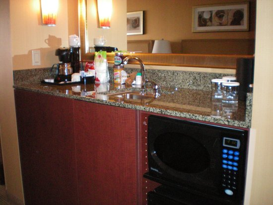 Silver Cloud Hotel - Seattle Stadium: Hotel room bar w Micro/fridge