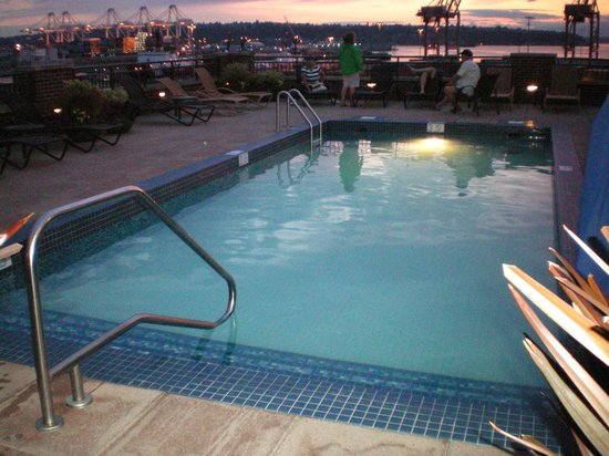 Silver Cloud Hotel - Seattle Stadium: hotel roof pool sunset/dusk