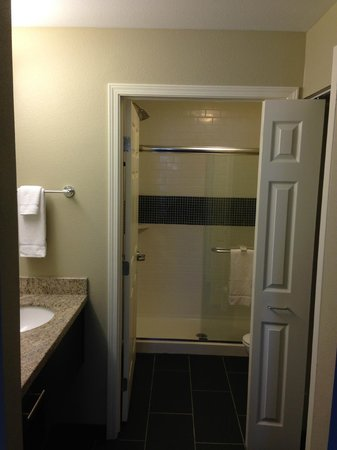 Staybridge Suites Grand Forks : Bathroom