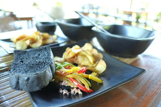 Sepilok Forest Edge Resort : Salmon with Charcoaled Bread